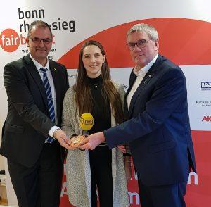 Landrat Sebastian Schuster, Vorstandsvorsitzender Wolfgang Pütz und Monika Fliegner von Radio Bonn-Rhein-Sieg
